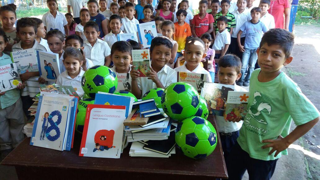 Libros Santillana Y Balones entregado en Aposentillo Nicaragua.