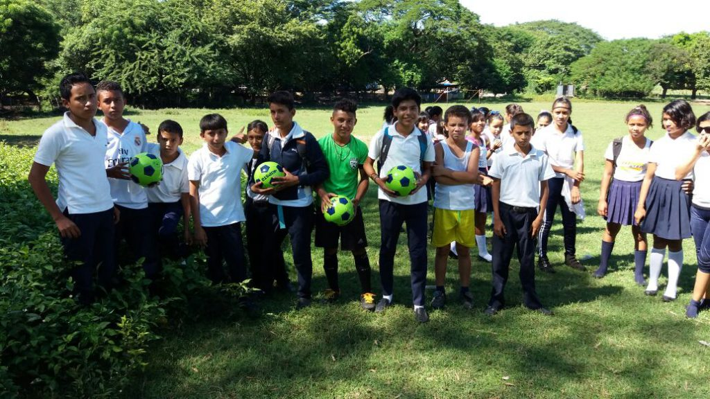 Libros y balones entregados a los niños de Aposentillo en Nicaragua.
