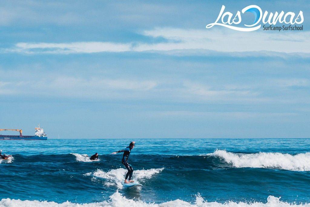 Playa de Salinas, siempre con olas.