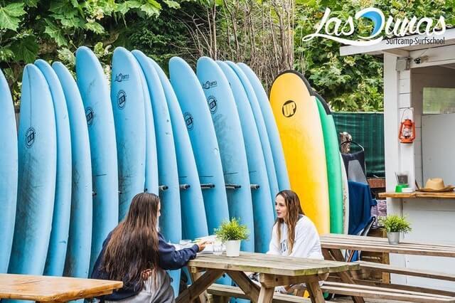 Surfhouse con espacios amplios.